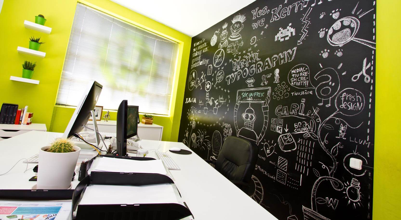 Pared pizarra oficina Mediactiu - La creatividad de tu mejor momento tiene premio en Mediactiu