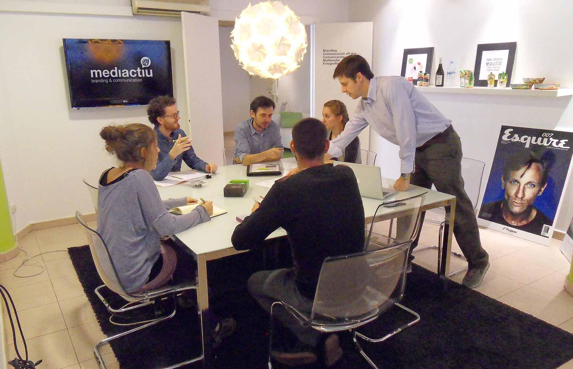 reunion de equipo grafico barcelona - 5 tips que debes saber sobre el diseño gráfico
